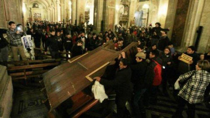 Confesionario-destrozado-Catedral-Santiago-chile