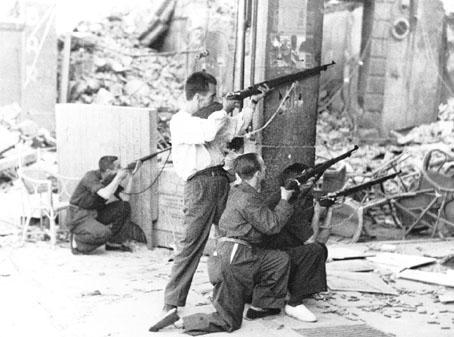 Milicianos disparando al Alcázar, desde la plaza de Zocodover