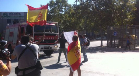 Manifestantes-banderas-España-Mataró-Barcelona
