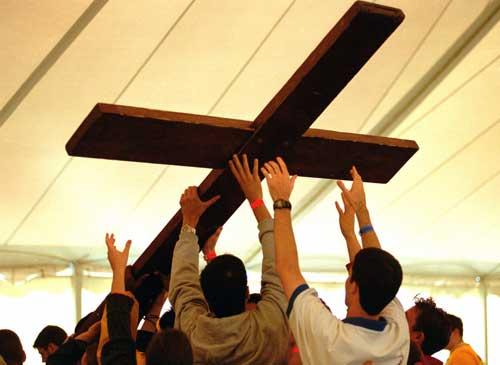jóvenes llevando una cruz
