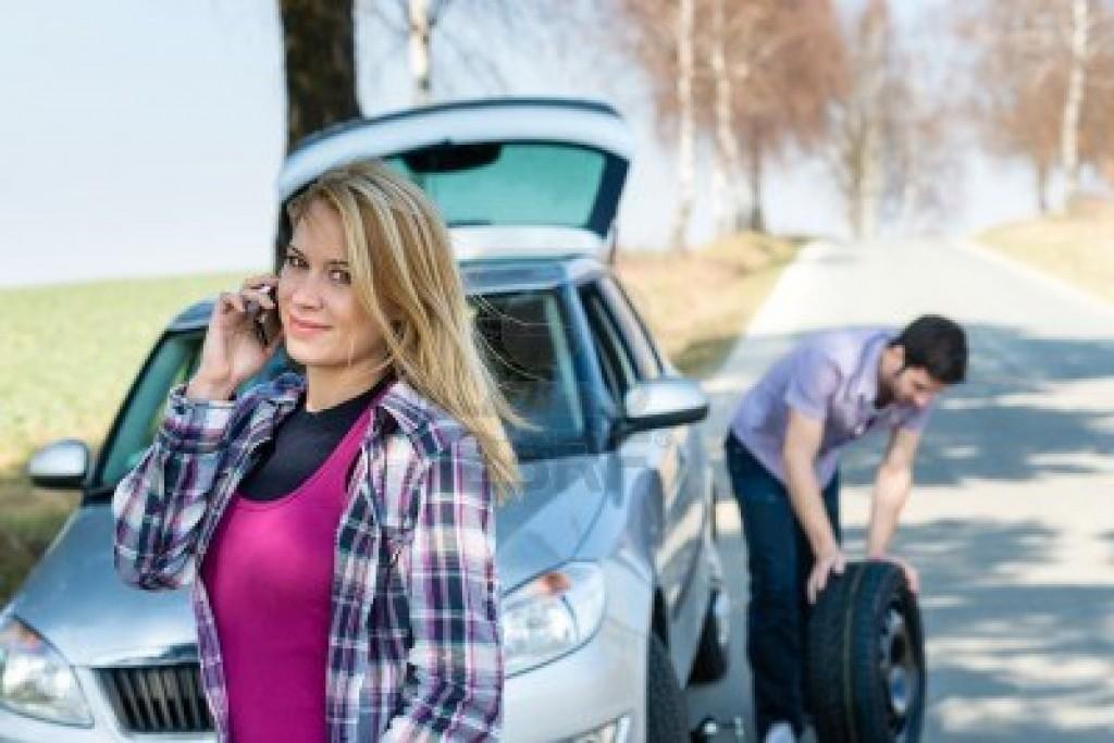 Hombre-mujer-con-el-coche-roto