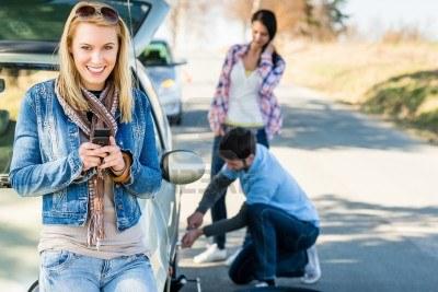 coche-extropeado-hombre-mujer