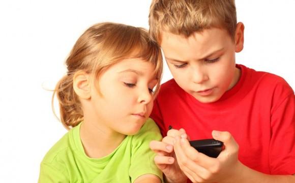 niños-jugando-con-smartphones