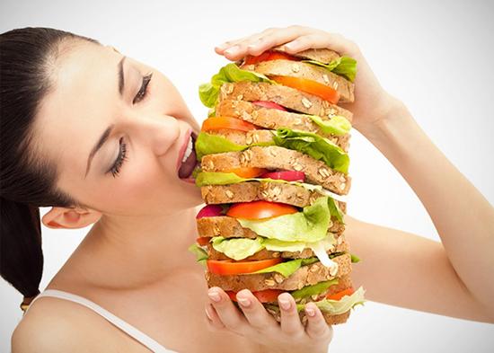 mujer-comiendo-mucho