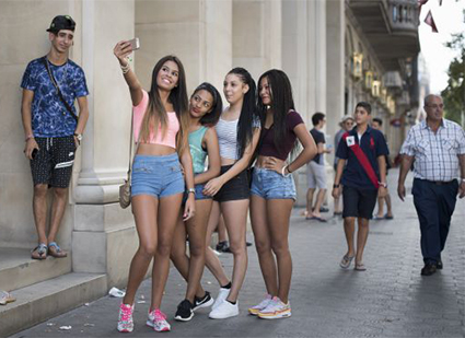 jovenes-tienda-apple-barcelona