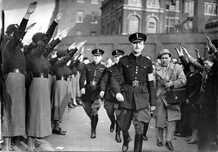 El líder de la BUF, Oswald Mosley, saludado por militantes femeninas de su partido