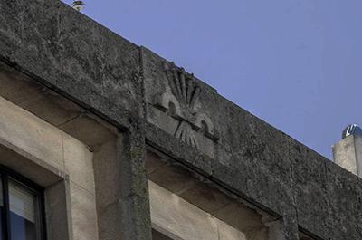 yugo-flechas-edificio