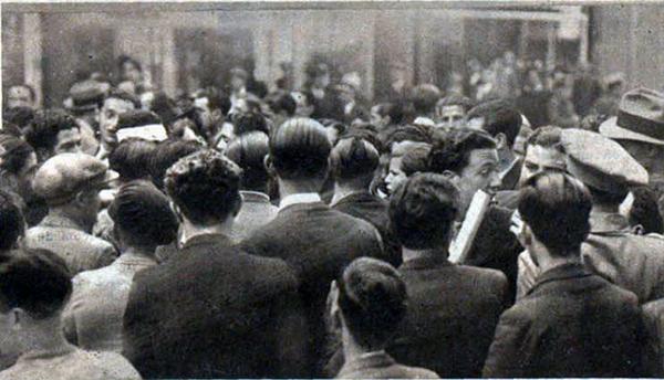 En una de las fotos se observa a un falangista con la cabeza vendada, rodeado de otros camaradas intentando que no le detengan las fuerzas de seguridad