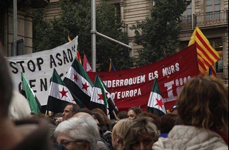 Banderas-rebeldes-sirios-islamistas-manifestacion-refugiados-Barcelona