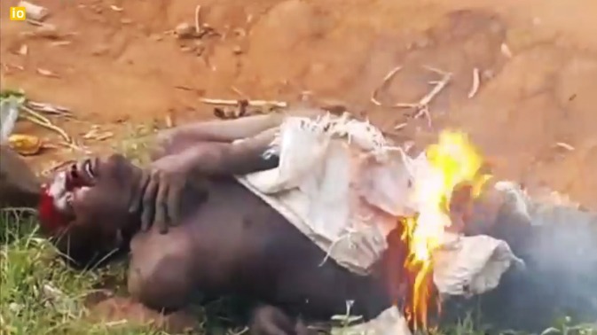 musulmanes-africa-queman-hombre3