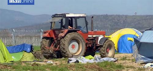 agricultor-destroza-tiendas-refugiados-tractor