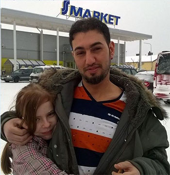 chica europea con refugiado musulman