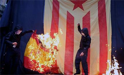 separatistas queman bandera de España