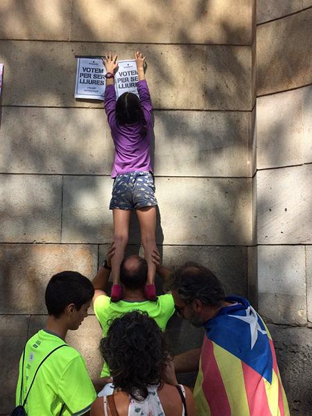 jóvenes en edad escolar pegan carteles separatistas
