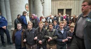 Jóvenes rezan catedral Bruselas