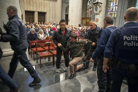Jóvenes expulsados por rezar rosario