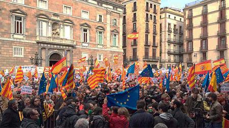 patriotas españolas en plaza san jaume Barcelona