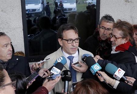 El abogado de El Chicle habla a los medios para anunciar que deja defender a El Chicle