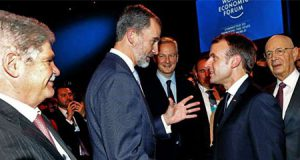 Dastis y el Rey de España Felipe VI en Davos junto a Macron