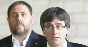 Puigdemont y Junqueras hablando sobre las noticias nacionales tras su golpe en Cataluña