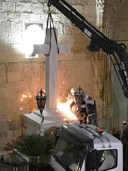 Los operarios enviados por el PP retiran la Cruz de Callosa por la Memoria Histórica