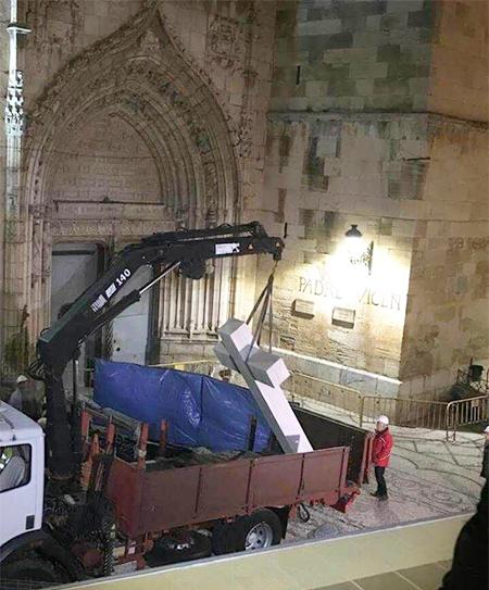 momento de la retirada de la Cruz de los Caídos de Callosa por el PP con la Memoria Historica de Zapatero