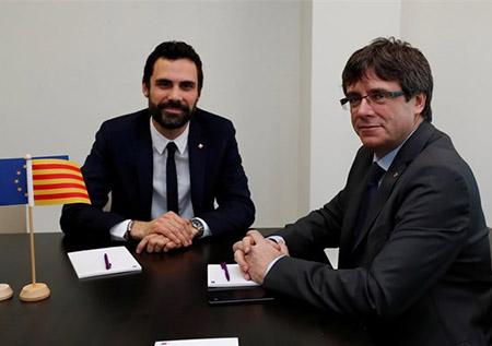 El presidente del Parlament de Cataluña, Roger Torrent, y el golpista Carles Puigdemont se reúnen para la investidura de Puigdemont