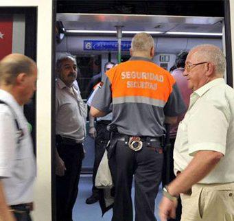 Vigilantes de Seguridad del metro de Madrid entrando en el Metro
