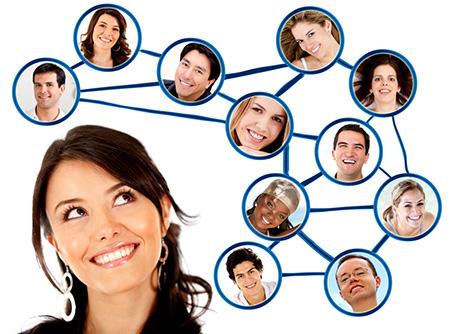 Amistad en las redes sociales. Mujer haciendo amigos en las redes sociales