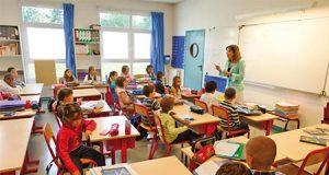 Vuelven los dictados a las aulas de Francia. Profesora dictado en un aula