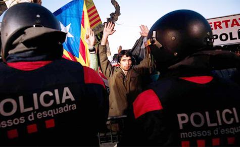 Policia Mossos cargando contra los separatistas radicales en el parlament en la investidura aplazada de Puigdemont