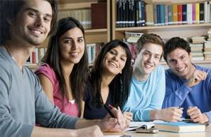 Las noticias nacionales para jóvenes. Grupo de jóvenes estudiantes