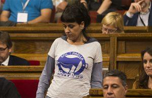 La diputada de la CUP Anna Gabriel durante el pleno del Parlament para abordar la respuesta a la aplicación del artículo 155 de la Constitución.