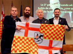 Los líderes de Tabarnia con la bandera de Tabarnia.