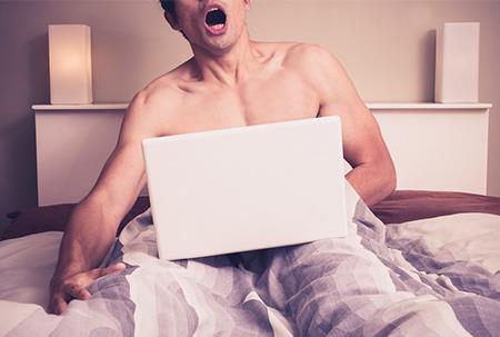 Hombre y la masturbación masculina. Las feministas dicen que la masturbación es una violación telepática contra la mujer