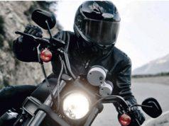 Seguros de Moto. Hombre subido en una moto paseando por una carretera con montañas