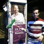 El padre del niño asesinado por su pareja la dominicana Ana Julia posando con un cartel electoral de Podemos