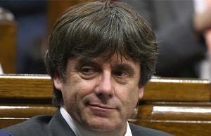 Carles Puigdemont en el Parlament de Cataluña. Las cuatro personas que acompañaban a Puigdemont