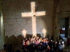 proyectan la Cruz de Callosa en el mismo lugar donde esta la Cruz en la fachada de la parroquia de Callosa