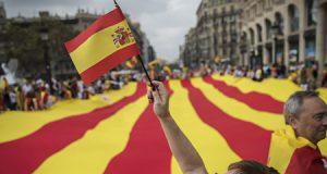 Falange Española de las JONS sobre Puigdemont. Bandera de España y de Cataluña en una manifestación