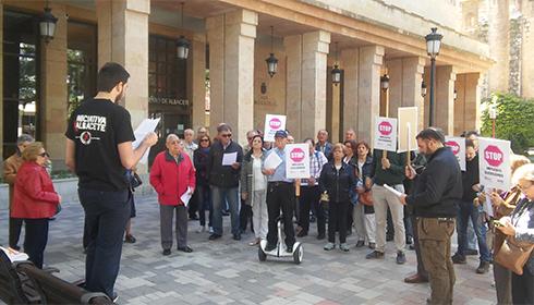 Iniciativa por Albacete se concentra frente al Ayuntamiento de Albacete