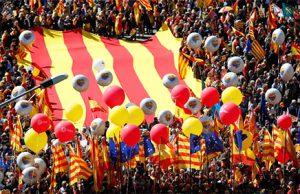 Manifestación de Sociedad Civil Catalana en Barcelona con miles de banderas de España