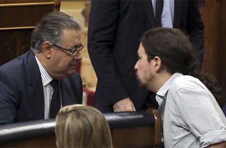 El ministro Juan Ignacio Zoido y Pablo Iglesias en el Congreso de los Diputados