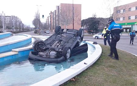 Accidente en Valladolid. Un conductor cae con su coche en un estanque y huye tras el accidente