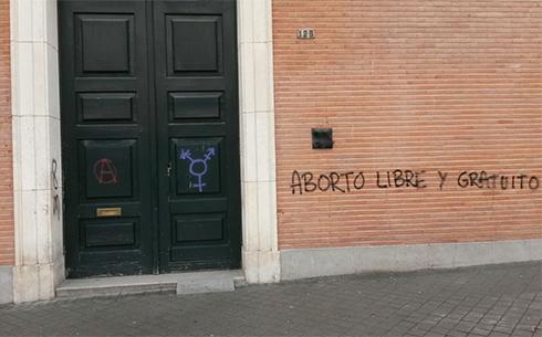 Fachada de la una iglesia católica atacada por la huelga feminista