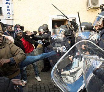 Los inmigrantes senegaleses golpean y atacan a la Policía en el barrio de Lavapies en Madrid