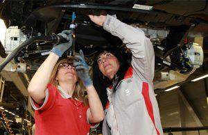 mujer trabajadora en una fabrica de coches
