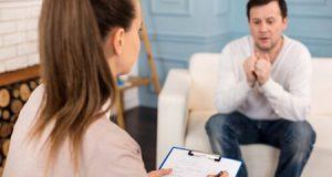 Una psiquiatra con un paciente en una consulta de psiquiatría