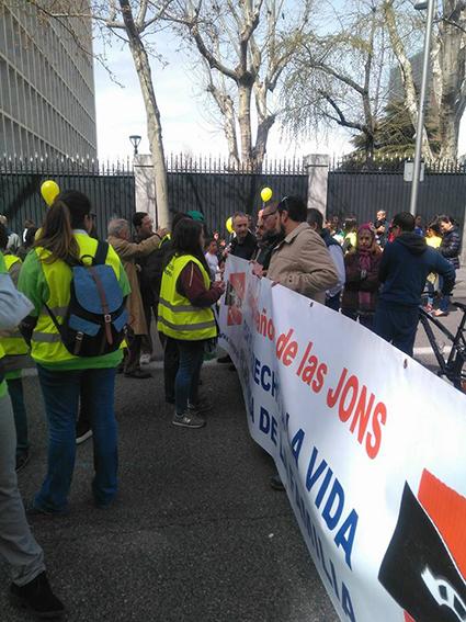 Intentan boicotear la pancarta de Falange Española de las JONS en la marcha provida en Madrid
