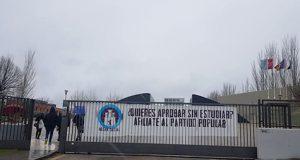 Pancarta del Hogar Social Madrid en la Universidad Rey Juan Carlos